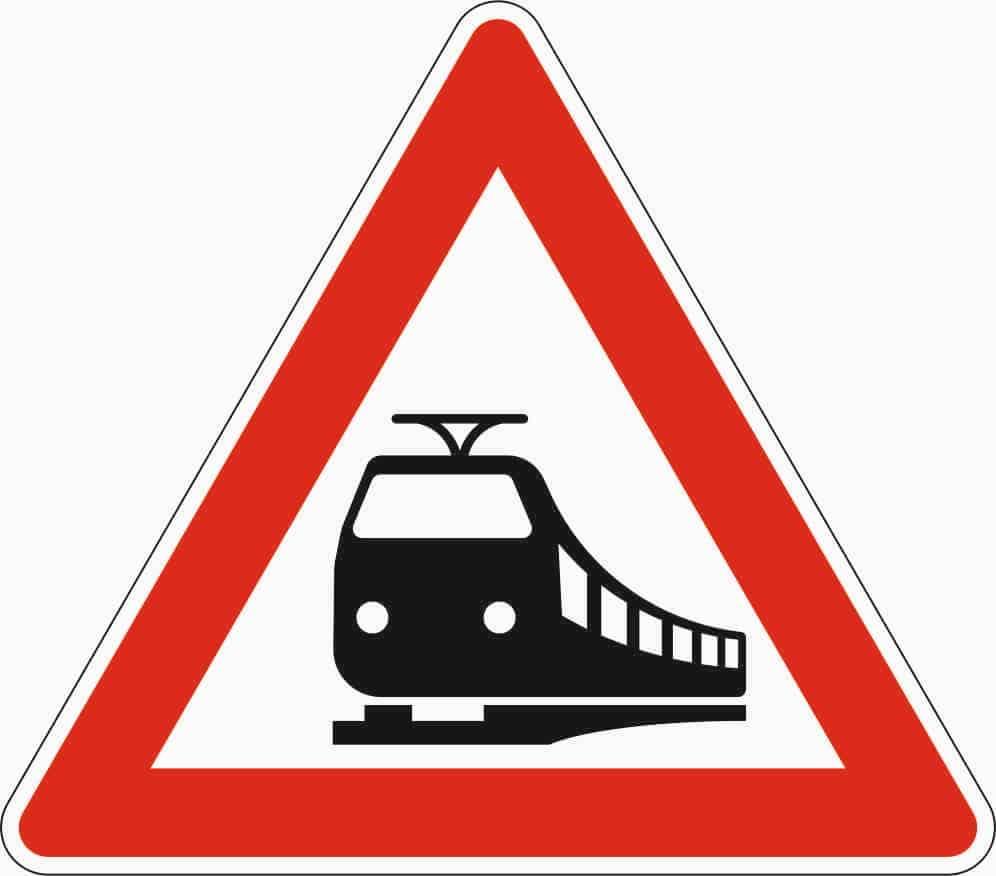 Zeichen 151: Seit April 2013 kündigt es sämtliche Bahnübergänge an, davor nur unbeschrankte.