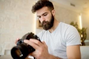 §201a StGB: Fremde Personen zu fotografieren ist laut Gesetz verboten, wenn deren Einverständnis fehlt.