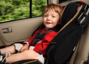 § 35 a StVZO verbietet nach hinten gerichtete Rückhaltesysteme für Kinder bei einem betriebsbereiten Airbag auf dem Beifahrersitz