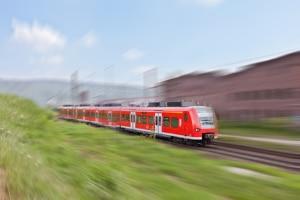 Bei einem GdB von 80 bei einer Schwerbehinderung ist die Bahnfahrt im Nahverkehr u. U. kostenlos.