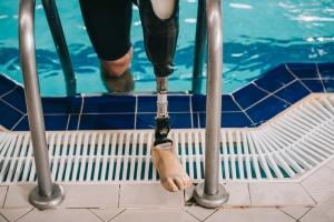 Menschen mit einem GdB von 80 (Shwerbehinderung) bekommen u. U. vergünstigten Eintritt etwa ins Schwimmbad.