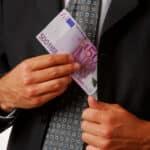 Die Abfindung bei einer Kündigung kann über den Verlust des Arbeitsplatzes hinweghelfen.