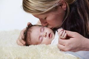 Im Abstammungsrecht liegt die rechtliche Mutterschaft bei der Frau, die das Kind geboren hat.