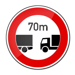 Der Abstand für LKW kann auch durch Verkehrszeichen vorgeschrieben sein.