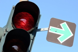 An einer Ampel kann ein grüner Pfeil das Rechtsabbiegen bei Rot erlauben.