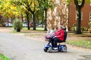 Anspruch auf Pflegehilfsmittel: Bei einem elektrischen Rollstuhl besteht auch Anspruch auf Wartung und Reparatur.