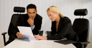 Ein Anwalt für Arbeitsrecht prüft die Richtigkeit Ihres Arbeitsvertrages