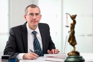 Ein Anwalt für Arbeitsrecht kann dem Arbeitnehmer helfen, gegen die Freistellung vorzugehen.