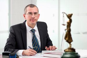 Ein Anwalt für Luftrecht berät vor allem Luftfahrtunternehmen und Flugschulen.
