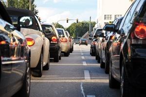 Ein erhöhtes Verkehrsaufkommen in der Stadt, kann indirekt den Gang zum einem Anwalt für Verkehrsrecht in Wolfsburg verkürzen