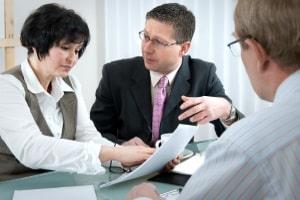 Gemeinsam mit einem Anwalt können Sie gegen eine Unterschlagung vorgehen und Strafantrag stellen.