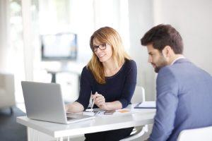 Ein Anwalt kann Sie zum Verbraucherschutz in puncto Versicherung beraten.