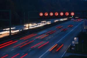 Sie sind zu schnell gefahren und unkenntlich auf dem Blitzerfoto? Ein Anwalt für Verkehrsrecht in Lübeck kann Ihnen Ihre Möglichkeiten aufzeigen.