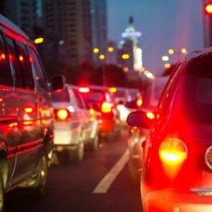 Ein Anwalt für Versicherungsrecht in Frankfurt kann Sie beraten, wenn im Feierabendverkehr ein Unfall passiert.