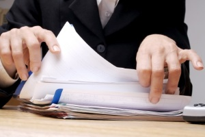 Ein Anwalt für Wirtschaftsrecht in Wiesbaden sichtet und bewertet Ihre Unterlagen kompetent.