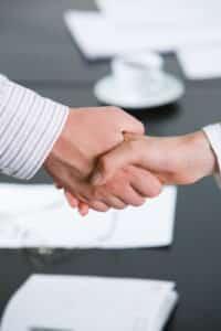 Das Arbeitsrecht regelt die Beziehung zwischen Arbeitnehmer und Arbeitgeber
