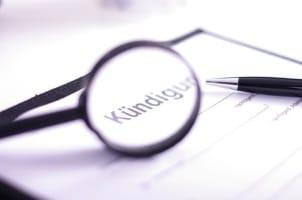Im Arbeitsrecht ist die angemessene Kündigungsfrist für ein Arbeitsverhältnis festgelegt.