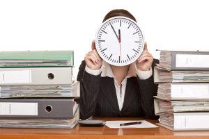 Im Arbeitsrecht sind Überstunden ein prominentes Thema. Im Arbeitsvertrag sollten diese genau geklärt sein.