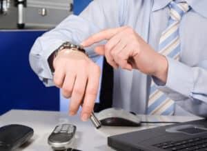 Bei einer Arbeitsunfähigkeit müssen Sie Ihrem Arbeitgeber noch vor Arbeitsbeginn Bescheid geben.