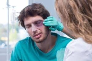 Eine Arbeitsunfähigkeit kann wegen einer Verletzung oder Erkankung bestehen.
