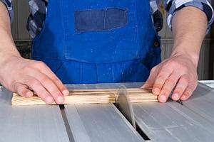 Arbeitsunfälle können bei manchen Tätigkeiten schneller passieren als bei anderen.