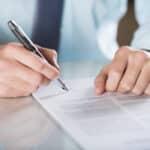 Beim Arbeitsvertrag sollte der Inhalt genau gelesen werden, bevor es zur Unterschrift kommt.