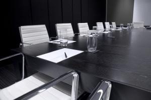 Zu den Aufgaben vom testamentsvollstrecker zählt auch, die Erben an einen Tisch zu bringen.
