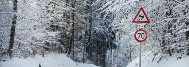 Wer bei Schnee ein Bußgeld vermeiden will, sollte sein Auto rechtzeitig winterfest machen.