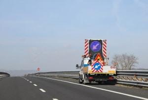 Auf der Autobahn können Baustellen auch mobil sein.