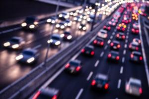 Überschreiten Sie auf der Autobahn die Geschwindigkeit, erhalten Sie einen Bußgeldbescheid.