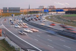 Sind Sie auf der Autobahn zu schnell, müssen Sie mit einem hohen Bußgeld rechnen.