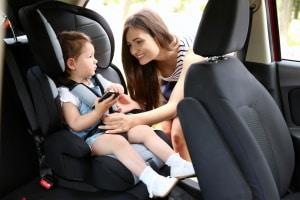 Durch einen passenden Autokindersitz ist der Nachwuchs unterwegs optimal geschützt.