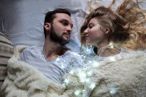 Beischlaf in der Ehe: Ein rechtlicher Anspruch darauf besteht nicht.