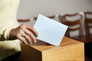 Laut § 32 Bundeswahlgesetz ist Wahlwerbung im bzw. am Wahllokal untersagt.