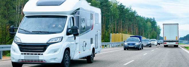 Wie hoch ist das Bußgeld, wenn die Geschwindigkeit außerorts überschritten wird? Ausschlaggebend ist auch, mit welchem Fahrzeug Sie unterwegs waren.