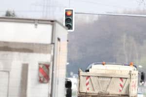 Es droht kein höheres Bußgeld, wenn eine rote Ampel mit einem Lkw überfahren wurde.