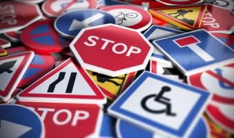 Punkte und Bußgeld: Wenn ein Stoppschild überfahren wird, drohen Sanktionen.