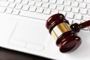 Cyberkriminalität umfasst Straftaten, die gegen das oder mit Hilfe vom Internet begangen werden.