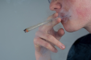 Drogenkonsum während der Arbeitszeit kann eine fristlose Kündigung rechtfertigen.
