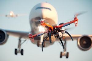 Neben der Drohnen-Verordnung müssen Nutzer z. B. auch die Luftverkehrsordnung beachten.