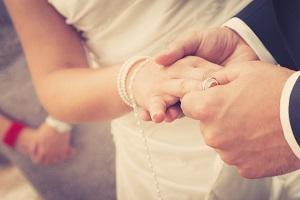 Dürfen Geschiedene kirchlich heiraten? Dies ist generell möglich.
