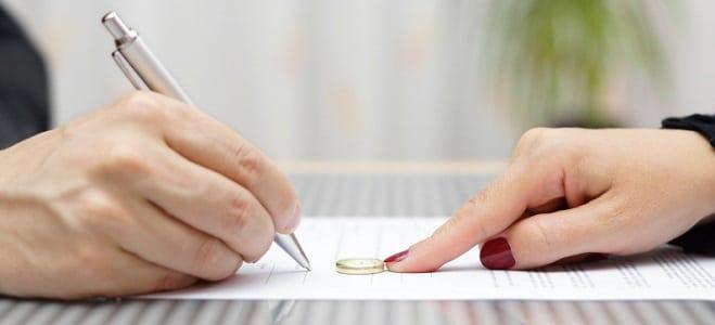 Ein Ehevertrag kann eine Scheidung erheblich vereinfachen. Nähere Informationen erhalten Sie im folgenden Ratgeber.