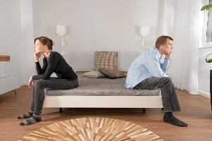 Bei der emotionalen Erpressung ruft der eine Partner beim anderen extreme Schuldgefühle hervor.