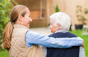 Das Erbrecht honoriert Abkömmlingen für ihre Pflegeleistungen, die sie über längere Zeit erbracht haben.