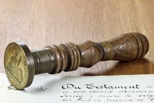 Erbschaftssteuer: Die Höhe der Steuern kann durch ein Testament verringert werden. Ein Notar kann Sie beraten.