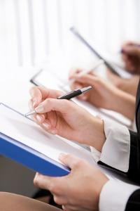 Einen Erbvertrag müssen mindestens zwei Vertragsparteien unterzeichnen.