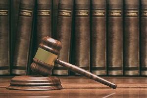 Die erkennungsdienstliche Behandlung ist ohne richterlichen Beschluss möglich. Es genügt, dass der Betroffene einer Straftat beschuldigt wird.
