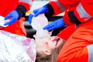 Leisten Sie bei verletzten Personen Erste Hilfe, bis die Rettungskräfte eintreffen.