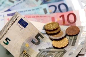 Sie erhalten maximal 1.800 Euro Elterngeld.