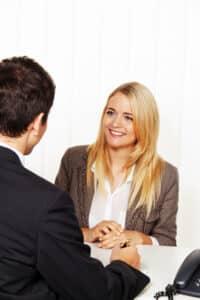 Ein Fachanwalt im Handels- und Gesellschaftsrecht klärt mit Ihnen unternehmensrechtliche Fragen